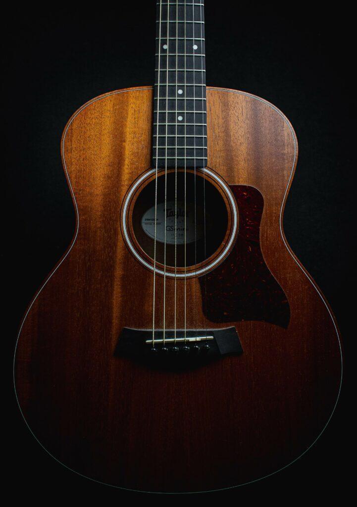 Akustinen kitara on yksinkertaisen kaunis.