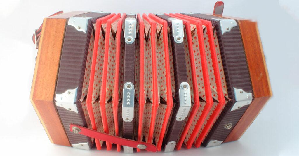 puna-valkoinen concertina-soitin